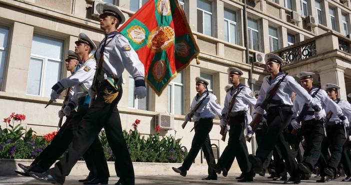 Снимки: Live.Varna.bgС тържествено издигане на националното знаме и молебен, отслужен