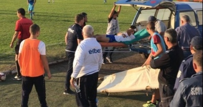 Снимка: Нападател на Спартак тежко контузен. Изведоха с линейка от стадиона в Радомир
