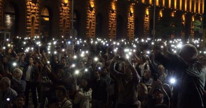 Снимка: OFFnewsНад хиляда души излязоха тази вечер в центъра на