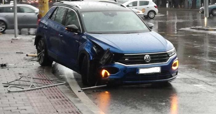 Редактор: Веселин Златков e-mail: veselin_zlatkov_petel.bg@abv.bgснимка: читателАвтомобил катастрофира в огражденията на