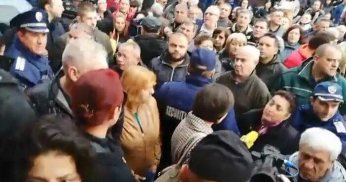 Източник и снимкиzapernik.comПолиция спря протестиращи да линчуват директора на дружеството