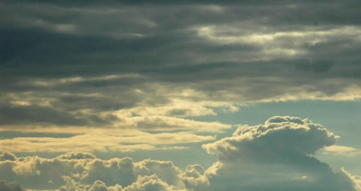 През следващото денонощие над страната ще преобладава облачно, през нощта