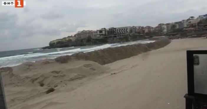 БНТБагер изсипа пясък на централния плаж в Созопол и вдигна