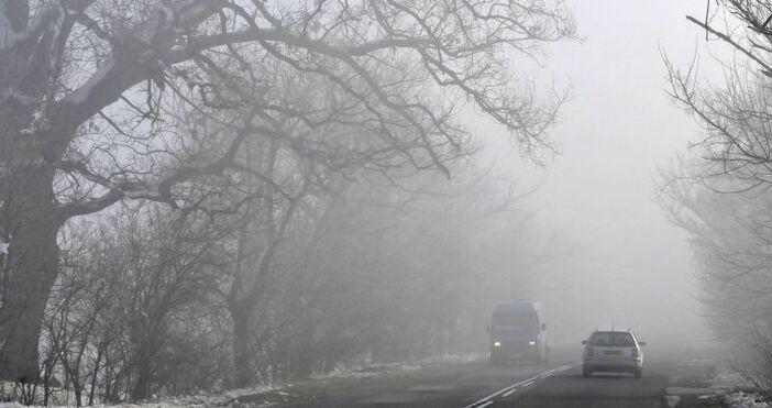 """Снимка БулфотоМъгла и обилен снеговалеж има на магистрала """"Хемус"""". Шофьорите"""