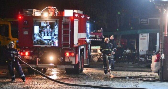 Снимка: Пожар в автосервиз в София, две коли изгоряха