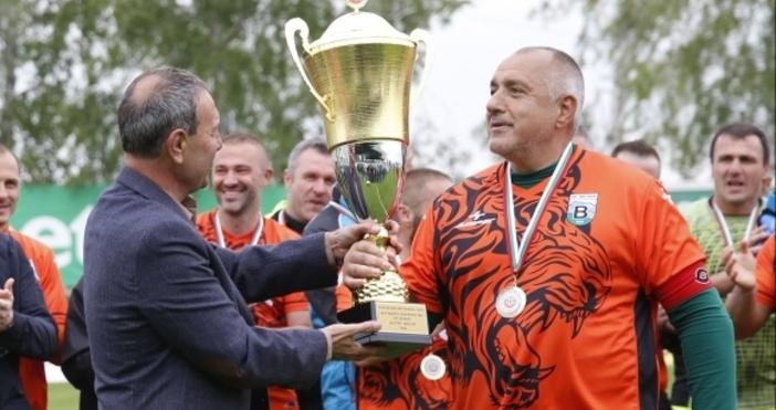 Министър-председателят на БългарияБойко Борисовотново се разписа за ветераните наВитоша (Бистрица).