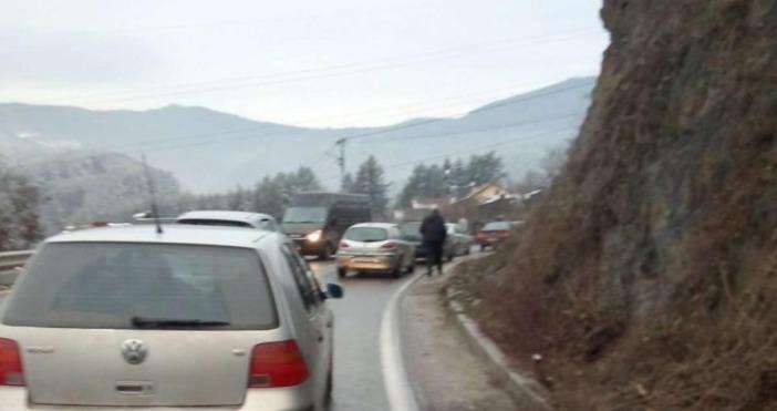 Снимки: Канал 3Спряно бе движението по пътя Своге - София