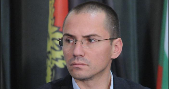 Снимка БулфотоЕвродепутатът Ангел Джамбазки е бил заловен да шофира с