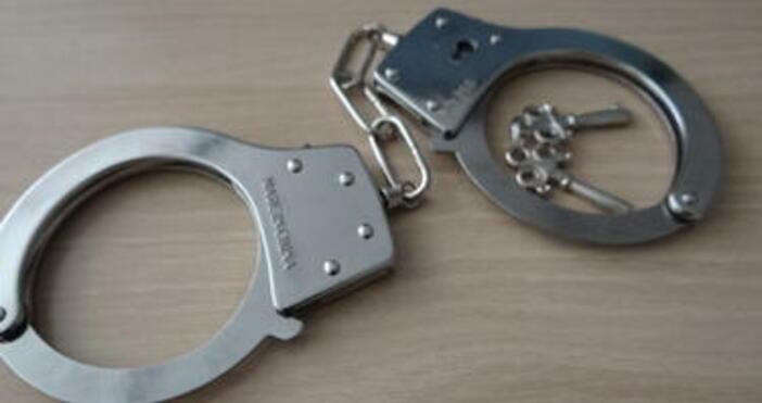 Двама мъже и три жени са задържани в хода на