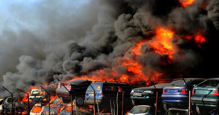 Снимки: БулфотоЗа огромен пожар в автоморга в Хасково, съобщава