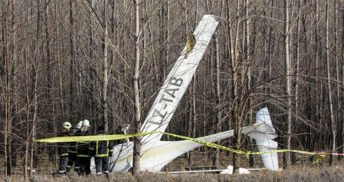 Снимки: БулфотоМалък самолет е паднал на частно летище край село