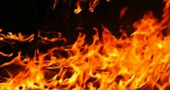 Пожарникари от Бяла Слатина се борят с голям пожар, избухнал