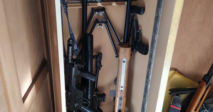 Огромно количество оръжия и боеприпаси са открити в дома на