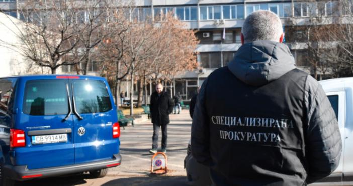 Снимка БулфотоПрокурори и полиция влязоха рано тази сутринв Държавната комисия