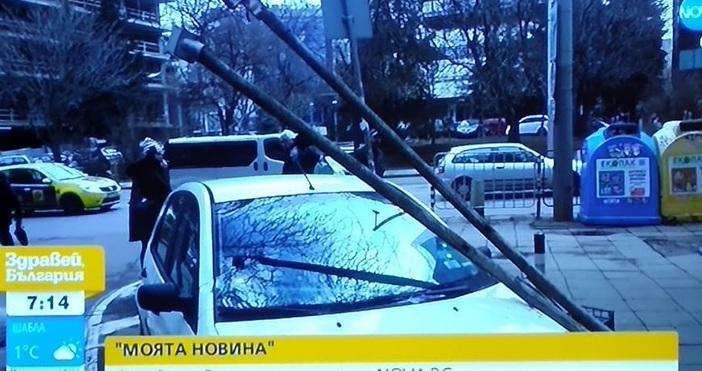 Редактор:Александър Дечевe-mail:alexander_dechev_petel.bg@abv.bgОпасен стълб надвисна над улицата до Министерството на земеделието