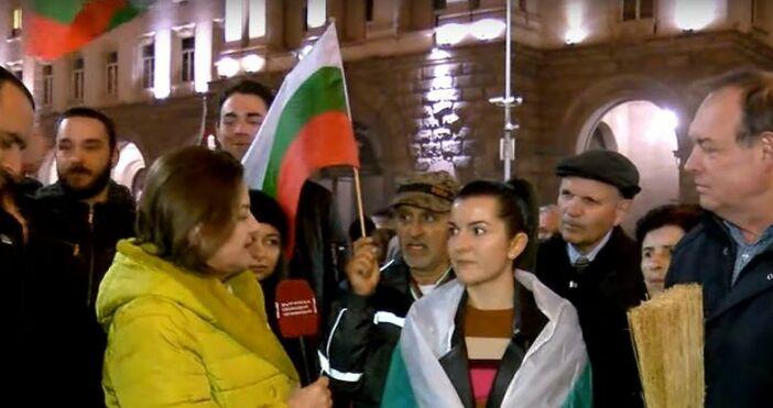 Снимка БСТВДесетки демонстранти се събраха тази вечер пред Министерския съвет,