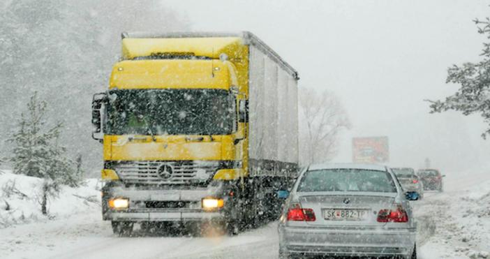 Снимка БулфотоОграничава се движението на тежкотоварни автомобили над 12 тона