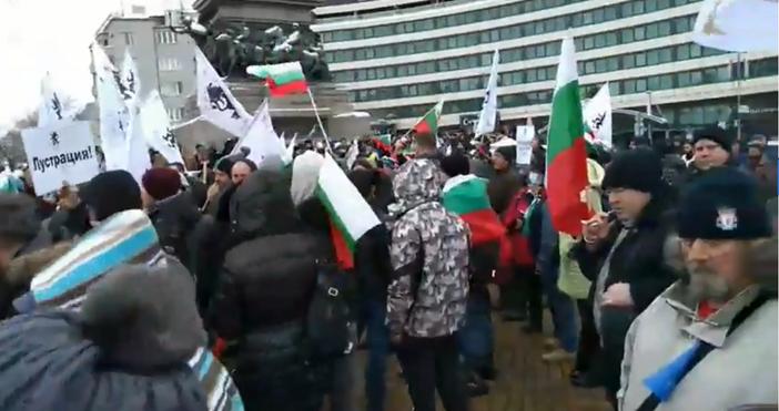 Източник и видео: Offnews.bgВ момента недоволни граждани протестират против правителството