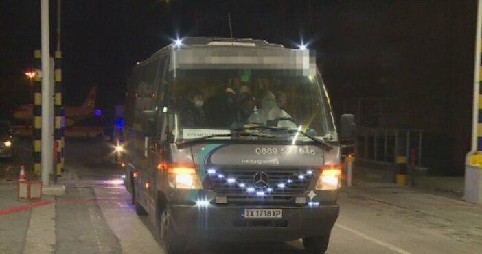 Кадър: БНТЕвакуираните ученици и преподаватели с правителствения самолет от Италия