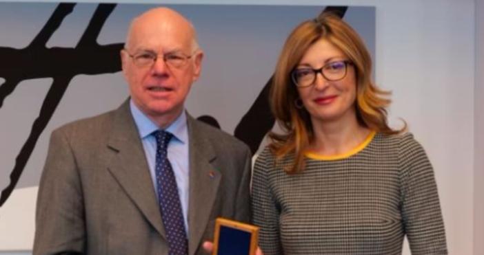 Снимка МВнРВицепремиерътЕкатерина Захариеванагради със Златна лаврова клонка председателя на фондация