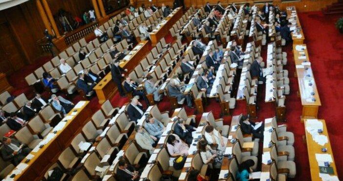 Заради безредици в залата заседанието на парламента бе прекъснато за
