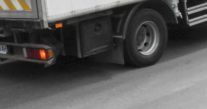 ТИР, превозващ 15 тона био тор, се обърна на един