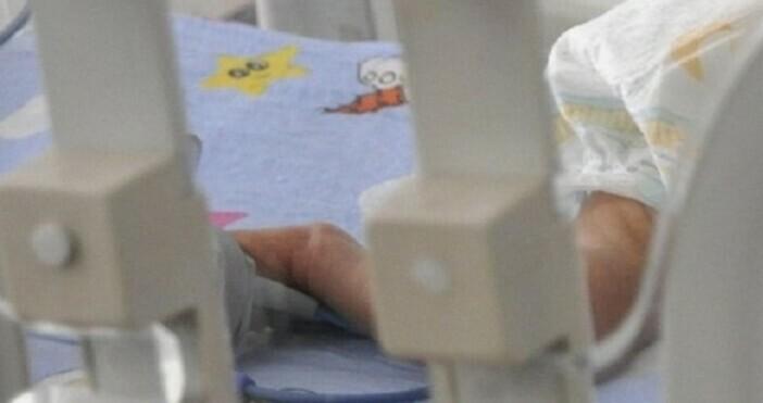 Снимка БулфотоБебе на един месец е настанено в Инфекциозна клиника