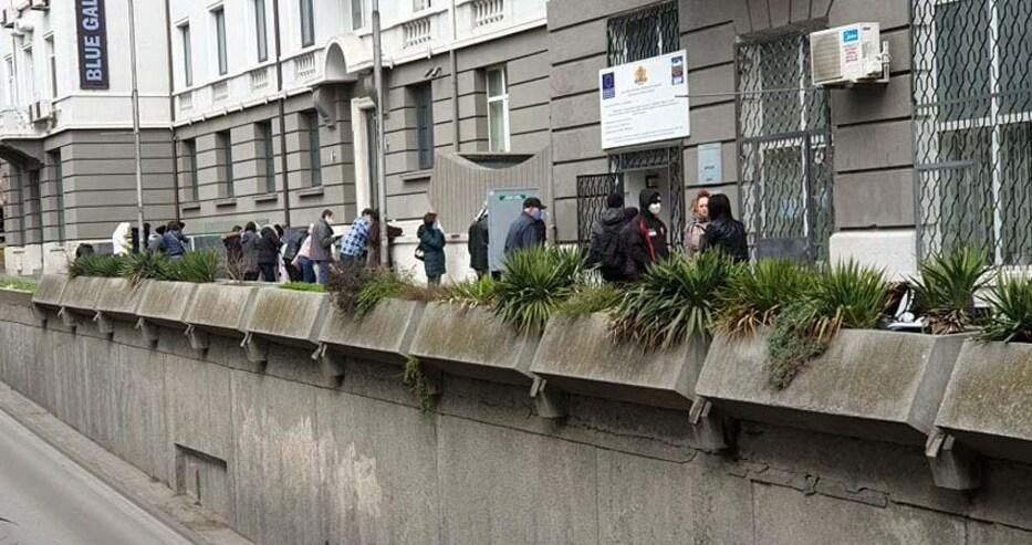 Епидемия от безработица във Варна. Огромна опашка пред бюрото по труда