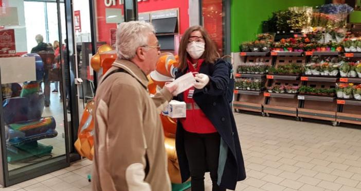 снимка: Live.Varna.bgПродължава раздаването на маски на възрастни хора във Варна.