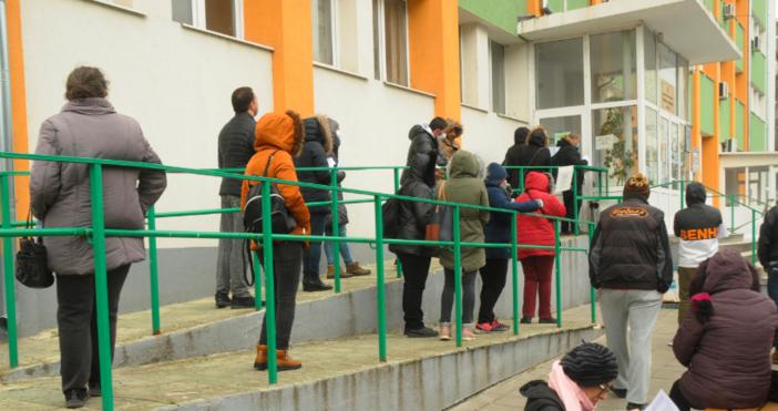 Снимки БулфотоОпашките пред Регионалната агенция по заетост в Бургас не