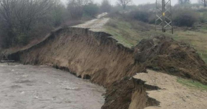 Снимка: БНРДве защитни диги на река Марица в землище на