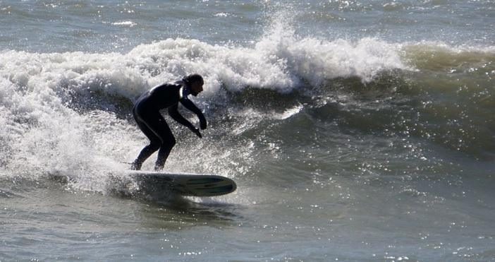 снимки: БулфотоВълни подходящи за сърф вдига втори ден морето край