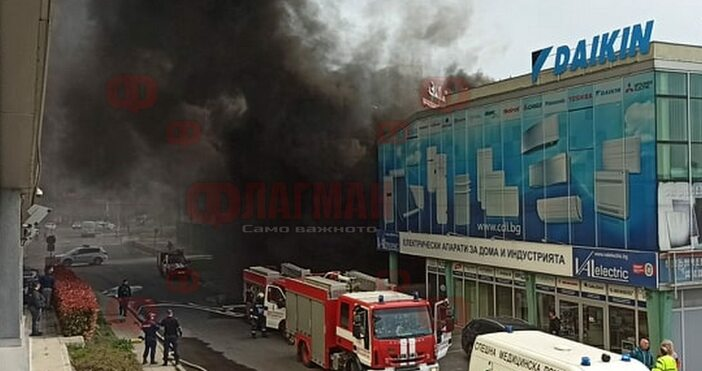 """Пожарът в складовото помещение на хипермаркет """"Зора"""" в бургаския жк."""