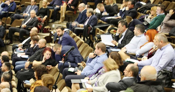 Редактор: Веселин Златков e-mail: veselin_zlatkov_petel.bg@abv.bgБезпрецедентна сесия, свикана буквално от днес