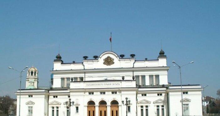 Засилено е полицейското присъствие в района на парламента, предаде репортер