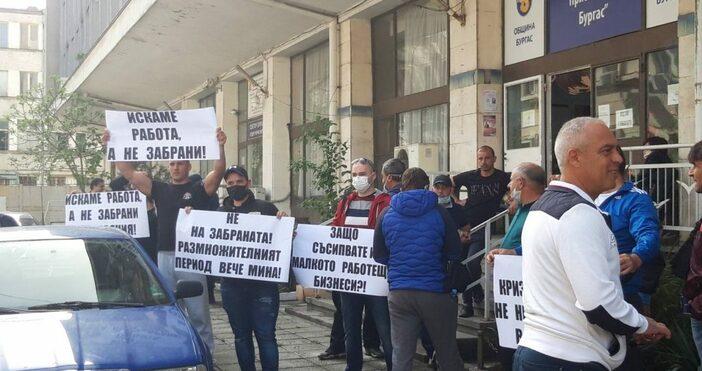 Снимки:Maritime.bgДесетки риболовци се събраха на протест пред сградата на Изпълнителна