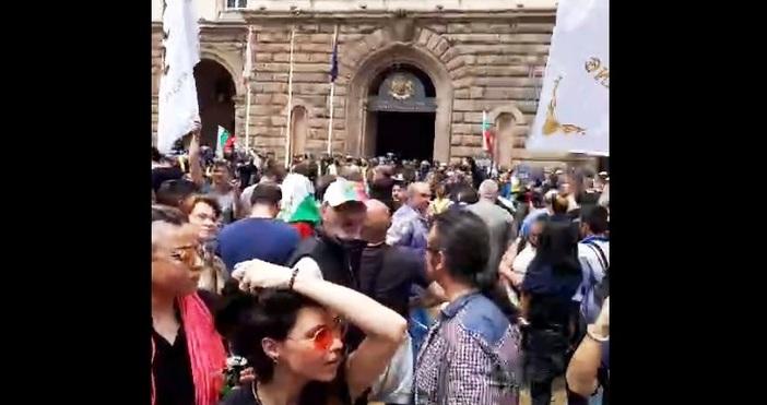 Вирусът е ГЕРБ! Това скандираха протестиращите срещу правителството пред сградата
