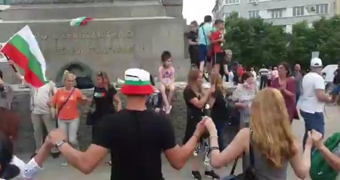 Преди минути протестът пред Народното събрание приключи. Организаторите призоваха хората