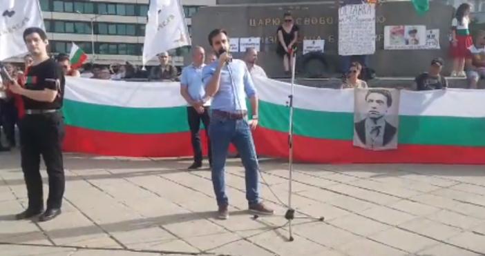 Кадър Андрей ВелчевЗа пореден четвърти ден недоволни българи се събират