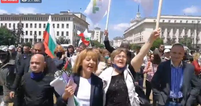 Мая Манолова поведе шествие към Парламента. Хората викат: