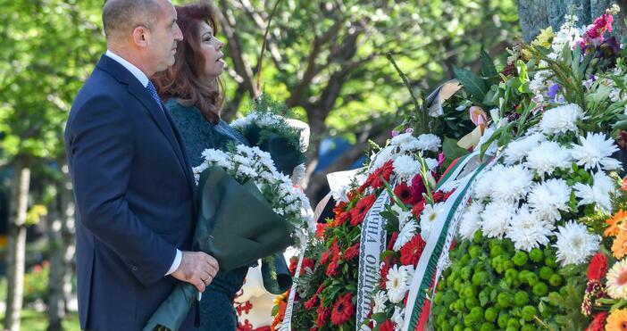 Източник и снимки: БулфотоРумен Радев и Илияна Йотова поднесоха цветя