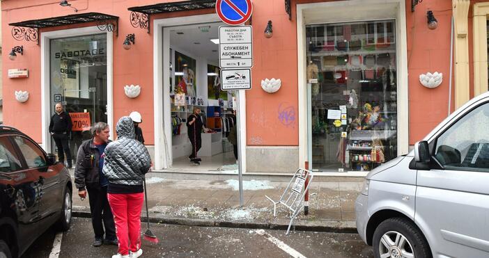 Източник и снимка: БулфотоМерцедес влезе в магазин на центъра до