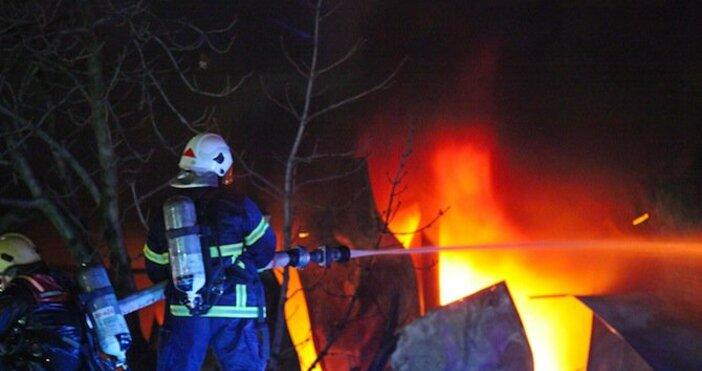 БНТснимка: Булфото, архивОгромен пожар на зеленчуковата борса при петричкото село
