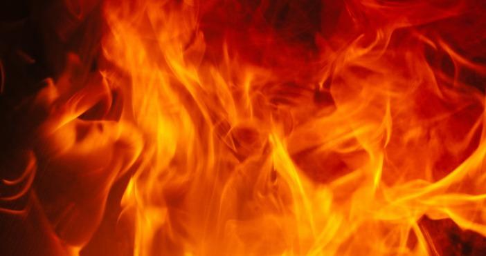 Двама мъже са с опасност за живота след пожар в