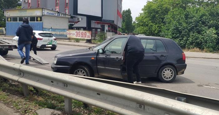 Източник и снимки: БулфотоЛек автомобил се заби в мантинелата на