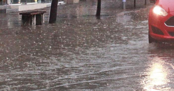 Силен дъжд, придружен с гръмотевици, вали в Смолян, предаде репортер