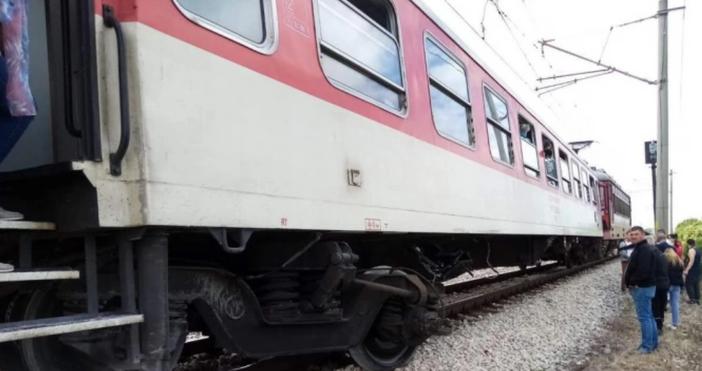 Снимка: БулфотоТоварен влак е блъснал лек автомобил на железопътния прелез