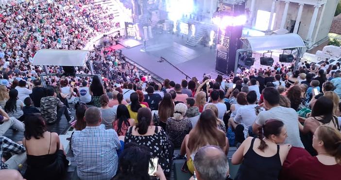 trafficnews.bgснимка: Трафик НюзХиляди фенове на българската музика напълнихаАнтичния театър за