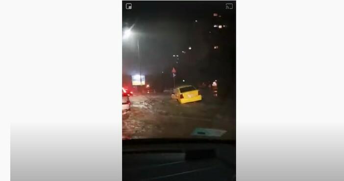 БНТкадър: youtubeЕднометрова вълна по бул.