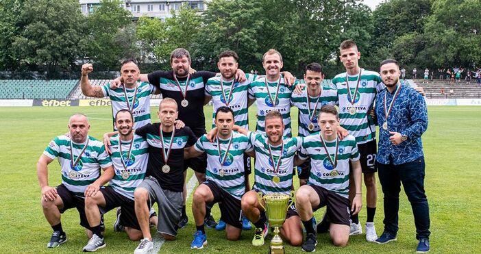 Шампионът на България по футзал Черно море показа трофея пред